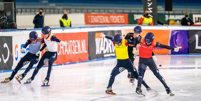 Het NK afstanden, halverwege december: de finale van de 1000 meter. Met (vanaf links) Sven Roes, Friso Emons, Itzhak de Laat, Teun Boer en  Sjinkie Knegt.