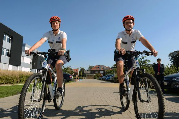 De twee fietsagenten zijn zwaar gewond. Dit is een illustratiebeeld.