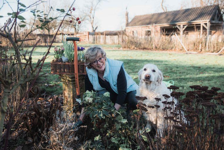 Burgemeester Veerle Heeren in haar tuin, samen met haar golden retriever Jolie.