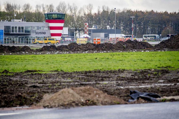 Werkzaamheden rond het vliegveld in Lelystad. Beeld anp