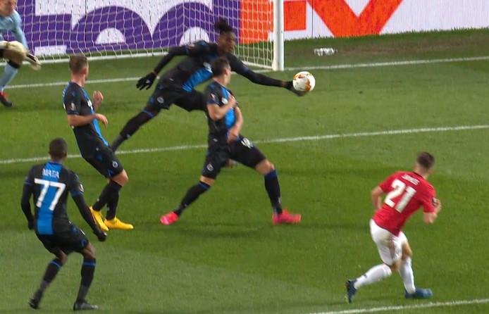 En détournant un tir d'une manchette digne d'un volleyeur, Simon Deli a concédé un penalty et a laissé Bruges à dix face à Manchester United