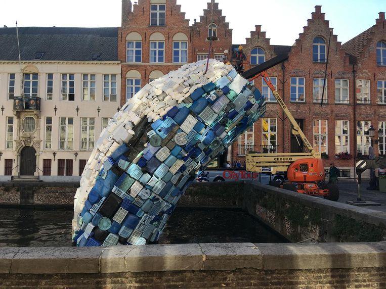 De plastieken walvis van de Trie¿nnale is tegen vanavond helemaal verdwenen.