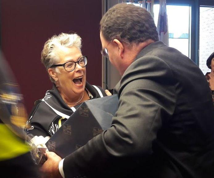 Jeannette Zwijnenburg treft burgemeester Roderick van de Mortel van Vught bij haar afscheid.