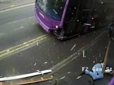 Man wordt geschept door bus en loopt de pub binnen