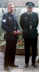 Politieman Flip Raap (links) en zijn vader Willem. De familie Raap was een echte politiefamilie. Ook broers Joop en Simon uit het gezin werkten in het blauw.