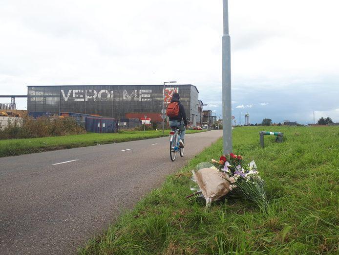 Op de Oostdijk in Rotterdam, waar Aziz Bastam na de schietpartij nog naartoe vluchtte, is een bloemenmonumentje gemaakt voor de twee slachtoffers.