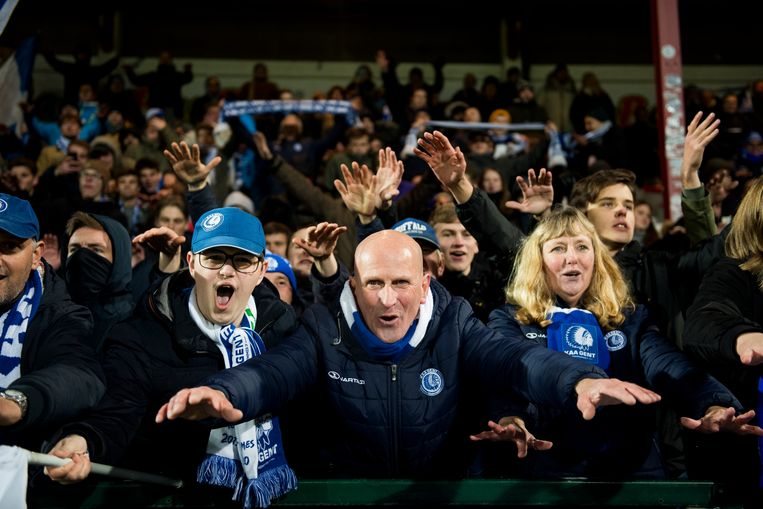 Feest bij de meegereisde fans van de Buffalo's in het Guldensporenstadion van Kortrijk.