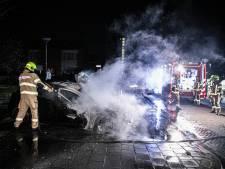 Opnieuw auto in brand aan Paardebloemstraat in Arnhem-Zuid