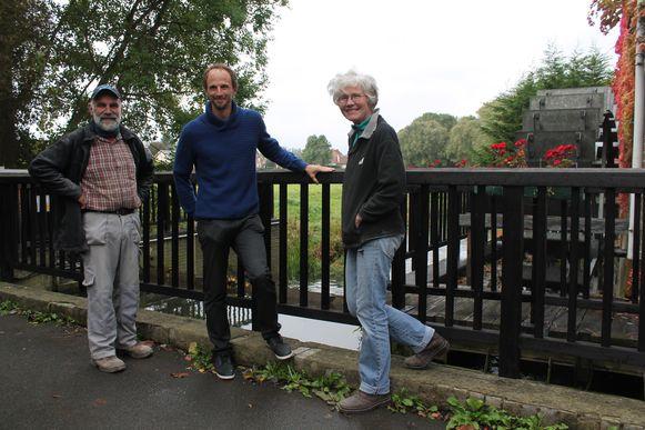 Hubert De Weerdt (eigenaar van de Heetveldemolen) met Bruno Moens van Pajopower en medewerkster Monique Van Ongevallen bij de molen aan de Markrivier. Ook hier zal groene stroom opgewekt worden.