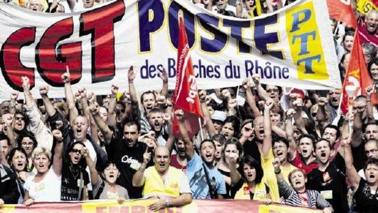Demonstranten uitten gisteren ook in Marseille hun onvrede met de pensioenplannen van de regering. Die wil de pensioenleeftijd verhogen van 60 naar 62 jaar. (FOTO AFP) Beeld