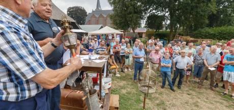 Meer kijkers dan kopers op nostalgische boerenveiling in Staphorst