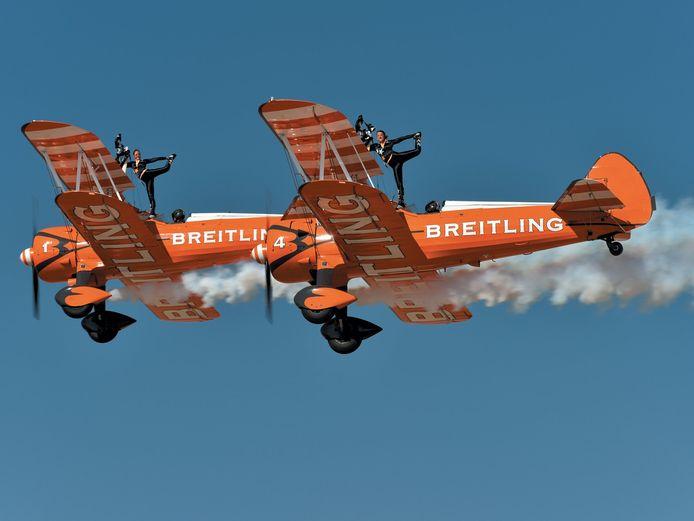Stunten op een vliegtuigvleugel