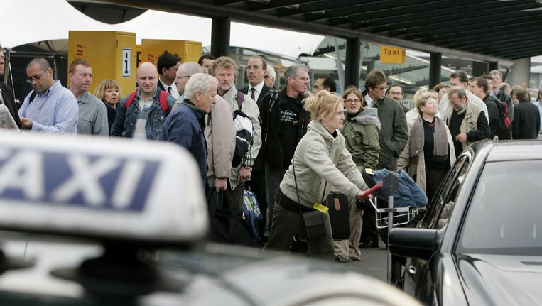 Reizigers wachten op Schiphol op een taxi. (Archieffoto) Beeld anp