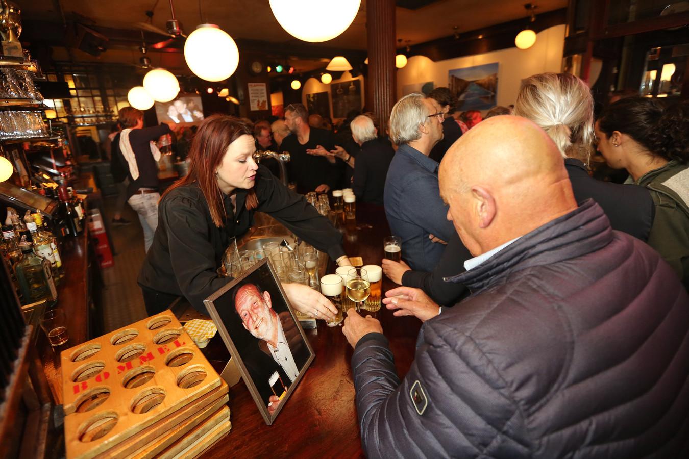 Voormalig Bommel-eigenaar Cees Verberk is overleden. Zijn leven werd vanmiddag - na de crematie - gevierd in De Bommel. Op de bar stond een foto van hem.