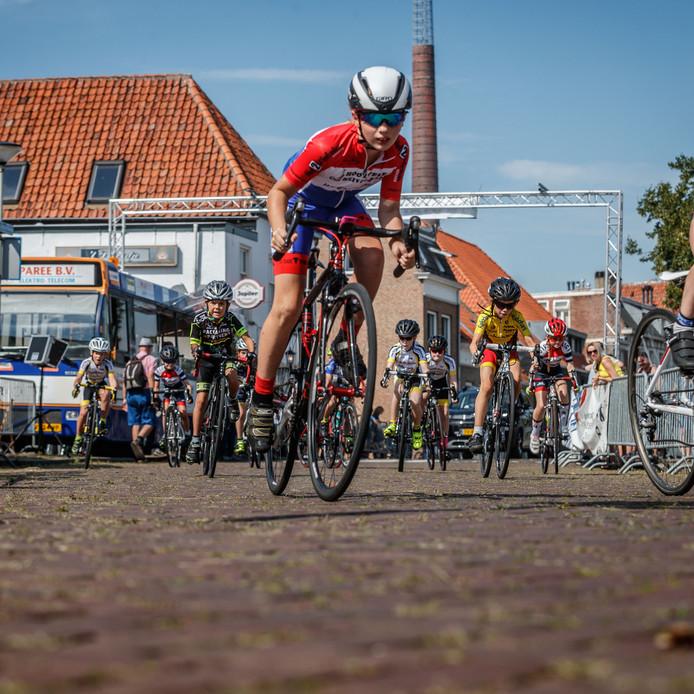 De jeugd strijdt om elke meter in de wielerronde rond de Gedempte Haven in Bergen op Zoom.