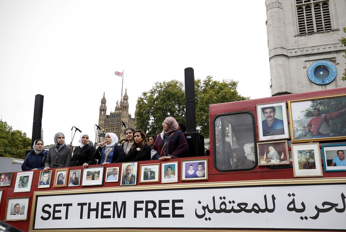 Syrische vrouwen tonen foto's van vermiste activisten op de Freedom Bus in London in 2017.