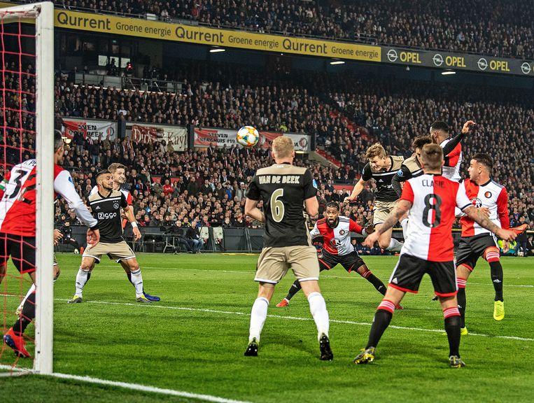 Ajax-verdediger Matthijs de Ligt (vijfde van rechts) kopt op slag van rust de 0-1 binnen. Beeld Guus Dubbelman / de Volkskrant
