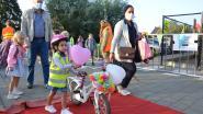 Leerlingen SBS Spoele stappen en trappen kleurrijk naar schoolpoort