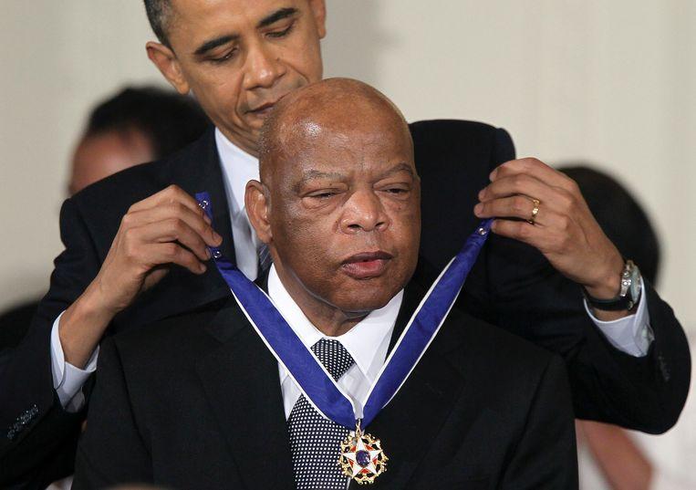 Lewis krijgt van president Barrack Obama de hoogste Amerikaanse onderscheiding. Beeld AFP