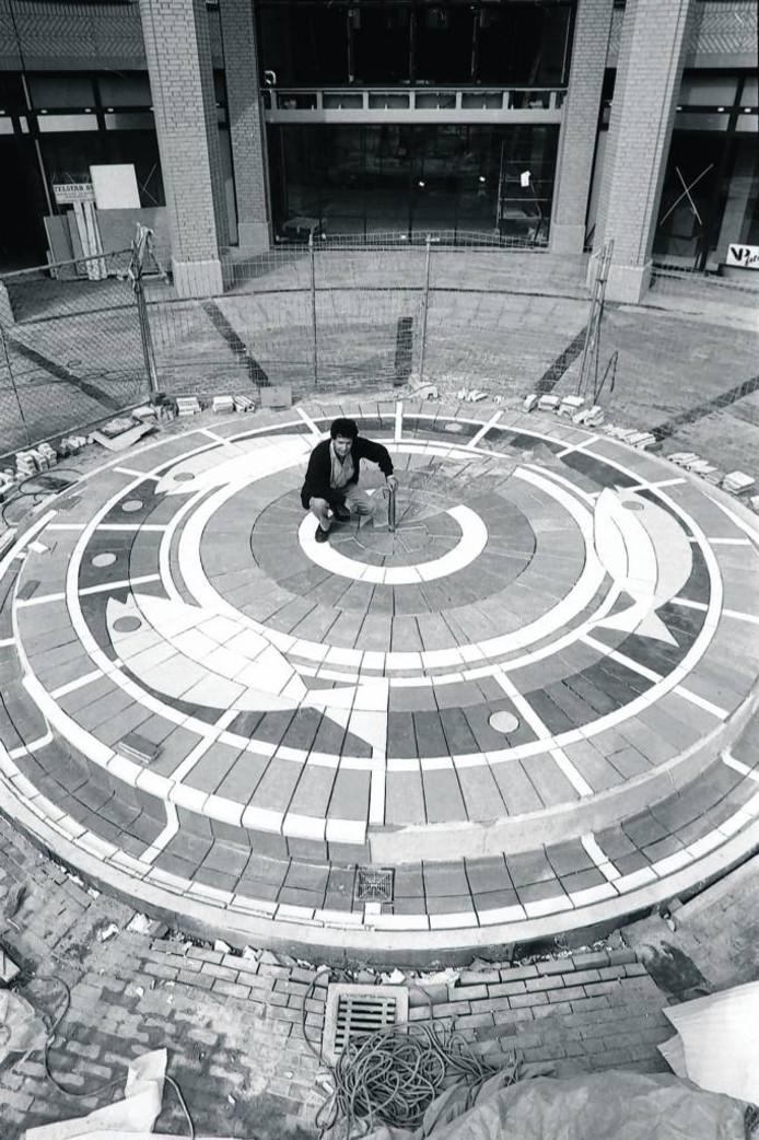 Jacques Slegers op de fontein in aanbouw bij de Heuvelgalerie in Eindhoven. FOTO Kees Martens/fotomeulenhof