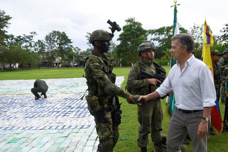 De Colombiaanse president Juan Manuel Santos begroet een soldaat in Apartado, waar de 12 ton cocaïne wordt bewaakt.