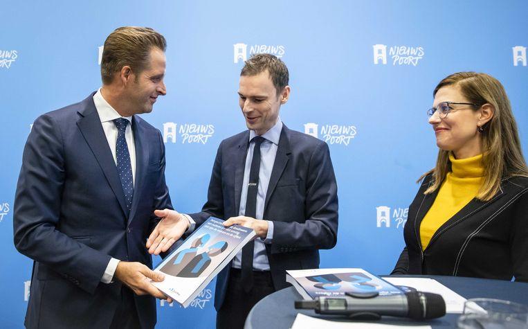 Minister Hugo de Jonge van Volksgezondheid, Welzijn en Sport (CDA), prof. dr. Jeroen Geurts (bestuursvoorzitter ZonMw) en Els van Wijngaarden tijdens de presentatie van het onderzoeksrapport Voltooid leven Beeld ANP