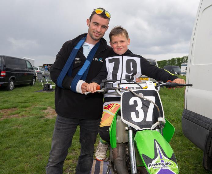 Mark Boot, hier met zijn stiefzoontje Liam, miste een deel van het motorcrossseizoen door een elleboogbreuk.