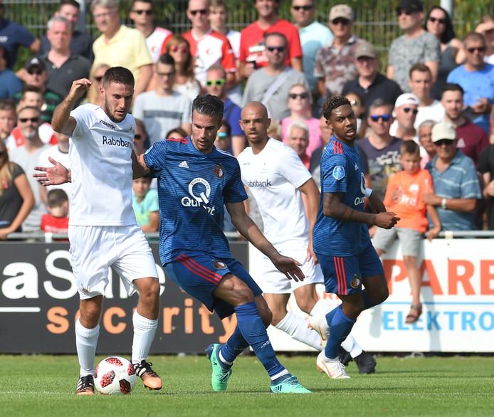 Fabian Wilson (links) duelleert op 7 juli  2018 met Feyenoorder Robin van Persie. Het Zeeuws elftal treedt deze zomer tegen een minder aansprekende tegenstander aan.