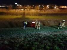 Auto rijdt van talud in Hengelo na aanrijding, bestuurster gewond