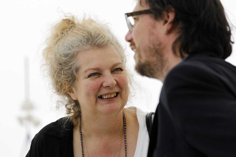 Marlene Dumas in gesprek met kunstenaar Mark Manders in het Nederlandse paviljoen op de Biënnale van Venetië. Beeld anp