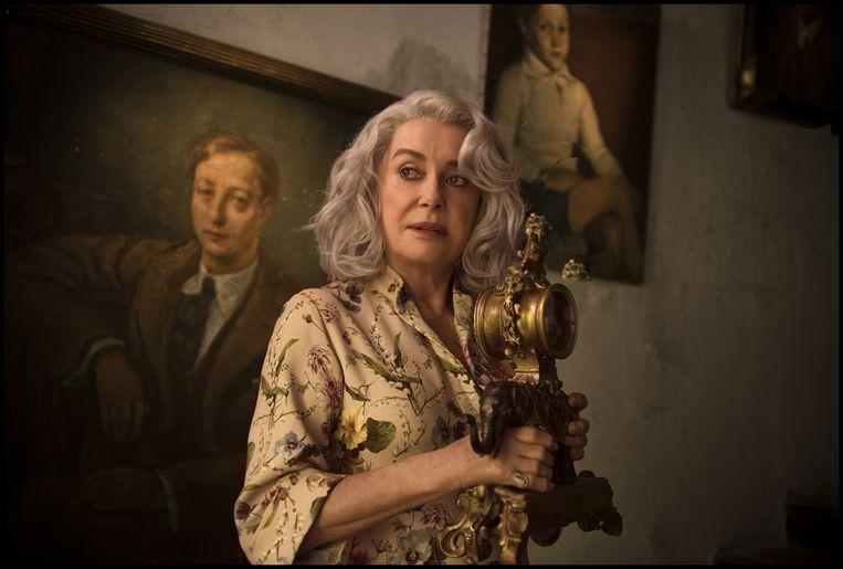 Catherine Deneuve speelt de bejaarde, dementerende Claire Darling. Beeld filmbeeld