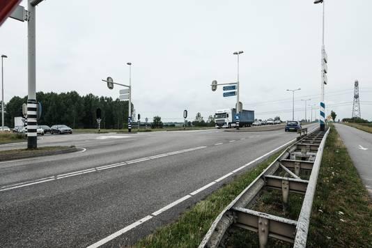 De Karstraat in Haalderen, ten oosten van Bemmel. Dit is nu nog het eindpunt van de A15 (auto's links).