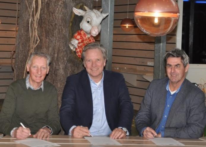 Van links naar rechts: Wim Ogink (Stichting TTM), Olaf Jungerius (Villa Pardoes) en Henk van Doremalen (Tilburg Ten Miles) ondertekenen het convenant.