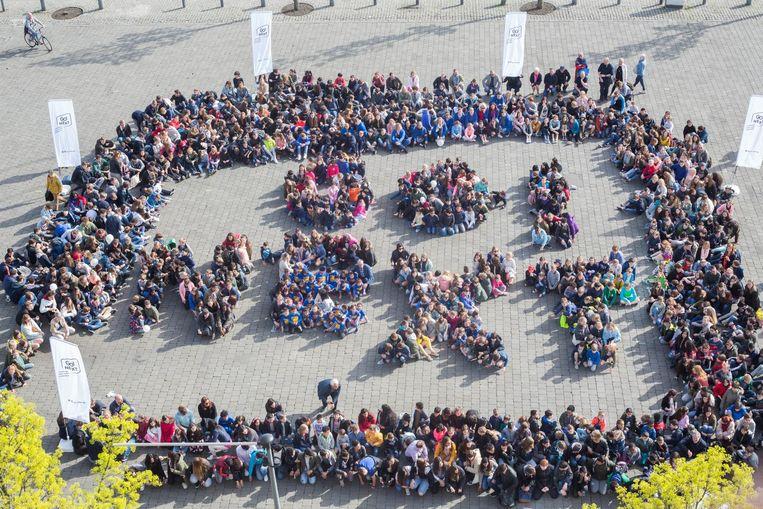 De GO scholengroep beeldt haar nieuwe logo uit op het Dusartplein.