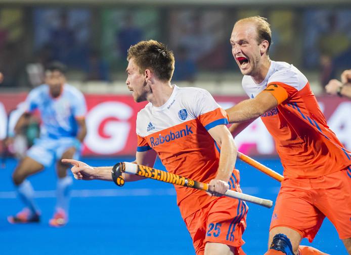Thierry Brinkman (Ned) heeft gescoord  tijdens kwartfinale tussen India en Nederland bij het WK Hockey heren. Rechts Billy Bakker.