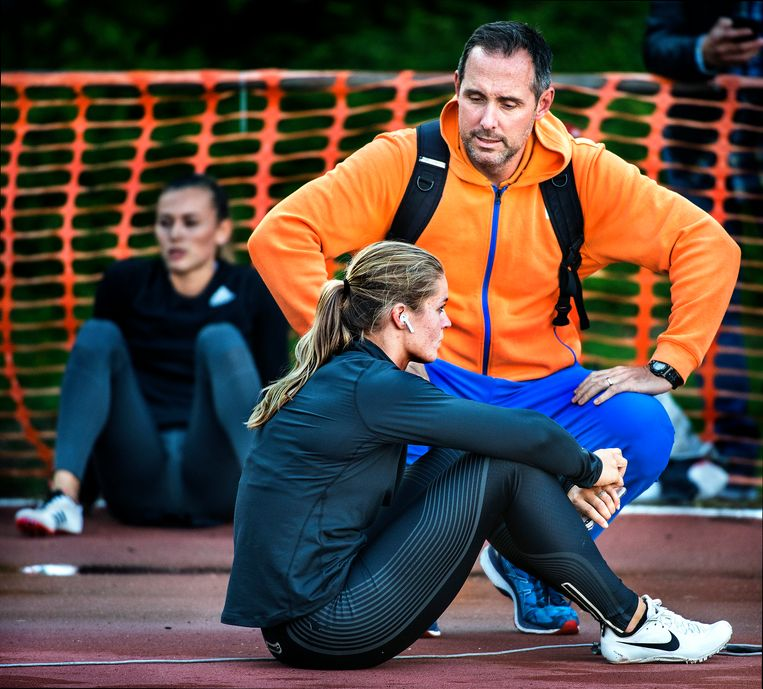 Dafne Schippers concentreert zich op de start van de 200 meter met haar coach Bart Bennema naast zich. Op de achtergrond Nadine Visser.  Beeld Klaas Jan van der Weij