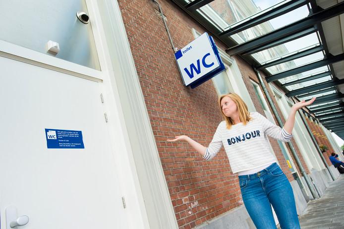 Verslaggeefster Hanne Koops moet nodig plassen op Station Apeldoorn, maar de deur zit op slot en de sleutel ligt bij de kiosk.