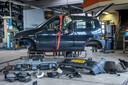 Lambert Kamps is blij dat de sloop van zijn Fiat Cinquecento erop zit. Nu kan het eigenlijke werk beginnen: de ombouw van auto tot boot.