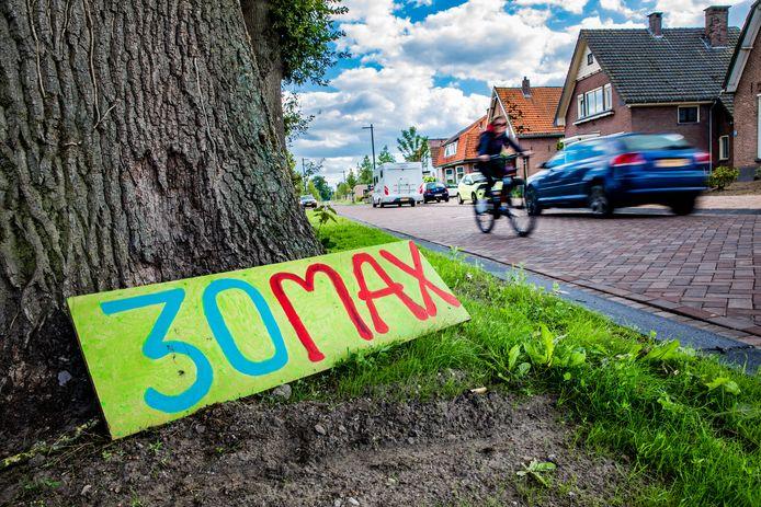 Geknutselde borden langs de Rijksstraatweg in Voorst.