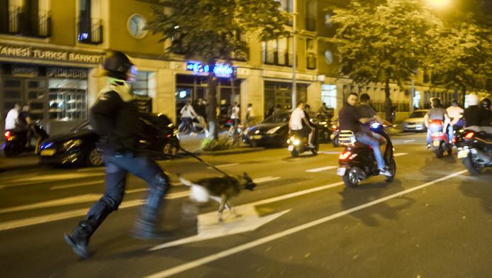 Agenten en leden van de Mobiele Eenheid (ME) op straat in de Haagse Schilderswijk waar rellen uitbraken nadat honderden betogers de straat opgingen.