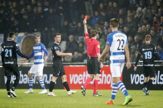 Arbiter Martin van den Kerkhof toont rood aan Lars Nieuwpoort.