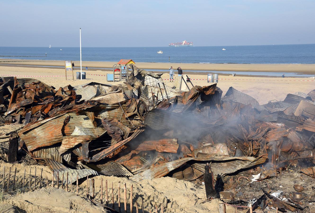 De nog rokende restanten van strandpaviljoen Puur.
