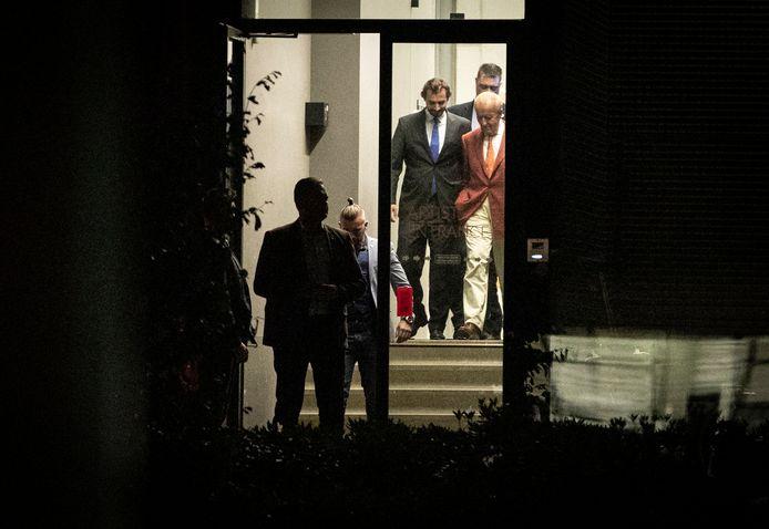 Thierry Baudet en Theo Hiddema verlaten de zaal van Musis. Bij de bijeenkomst van het Forum voor Democratie was veel politie aanwezig vanwege een 'mogelijke dreiging'.
