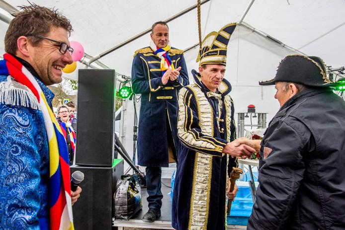 Prins Peer I van Haorendam werd zaterdag om 11.11 uur geïnstalleerd in een tentje bij de Rabobank, want er was geen horecagelegenheid waar men terecht kon. Wellicht kan carnaval komend jaar wel in De Hut worden gevierd.
