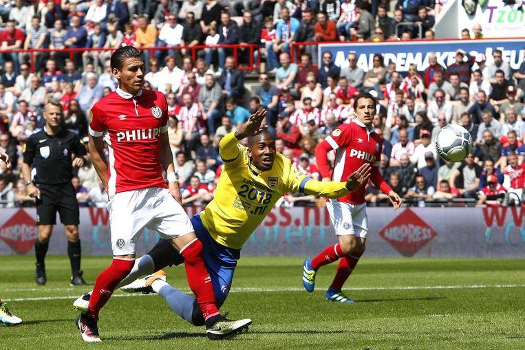 PSV-speler Hector Moreno en Cambuur-speler Calvin Mac-Intosch. Beeld anp