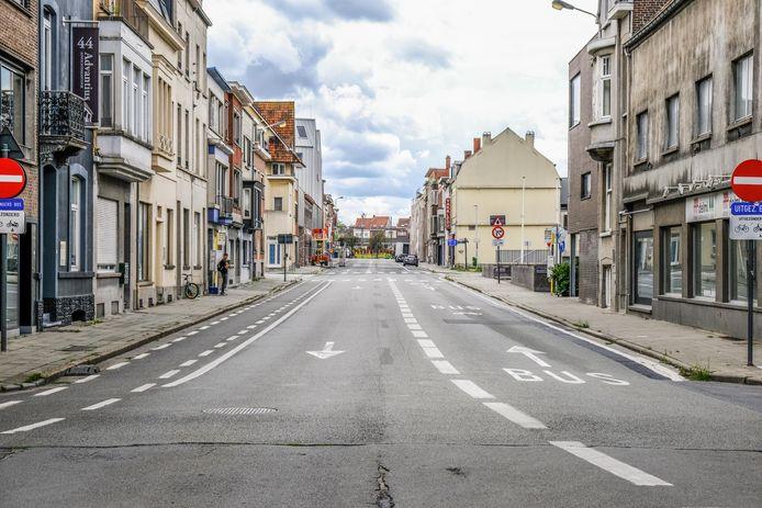 De Beheerstraat krijgt weer een dubbele rijrichting en rode fietspaden aan beide kanten. Parkeren zal niet kunnen. De busstrook verdwijnt.