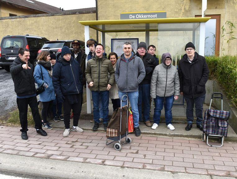 De bewoners van De Okkernoot wachten op de bus om naar de markt te gaan.