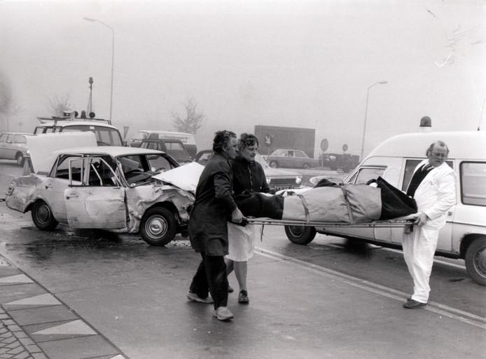 Op de beruchte Bavaria-kruising in Lieshout vielen bij ongelukken regelmatig doden te betreuren, zoals hier in februari 1976. De kruising is later vervangen door een rotonde en het doorgaande verkeer wordt tegenwoordig om de dorpskom van Lieshout heen geleid.