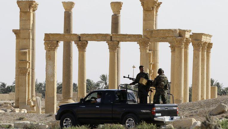 Militairen van het Syrische leger patrouilleren in Palmyra.