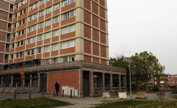 Er loopt een kabel vanuit Leopolds appartement op de vierde verdieping helemaal naar zijn elektrische scooter buiten.